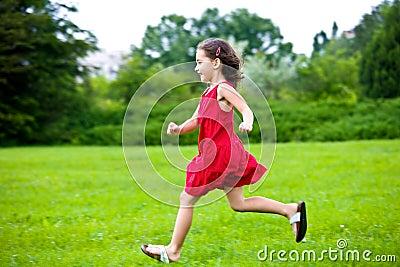 Het leuke meisje lopen
