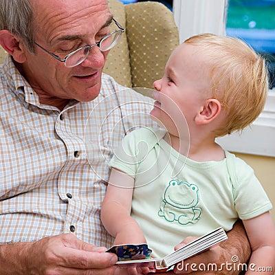 Het lezen aan kleinkind