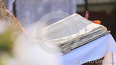 Het lezen van het Heilige Evangelie Draait de handen Orthodoxe priester de pagina stock video
