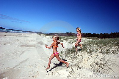 Het lopen aan het strand