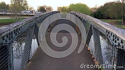 Het lopen op de brug stock footage