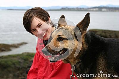 Het lopen van de vrouw hond