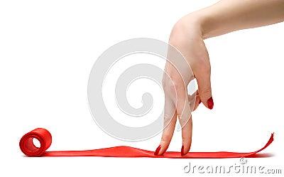 Het lopen van vingers op een rood lint