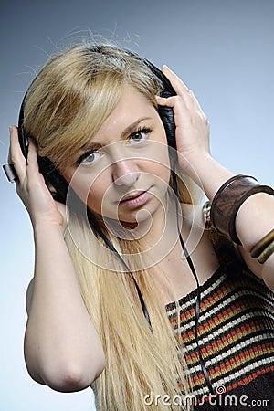 Het luisteren van de vrouw muziek