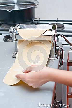 Het maken van een deegwarenblad