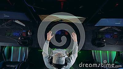 Het mannetje gamer speelt hierboven een computerspel in een mening van stock videobeelden