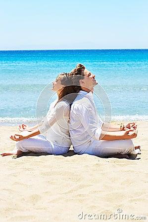 Het mediteren bij het strand