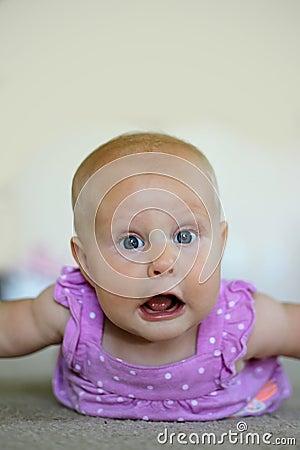 Het meisje dat van de baby grappig gezicht maakt stock foto afbeelding 59437629 - Ruimte van het meisje parket ...
