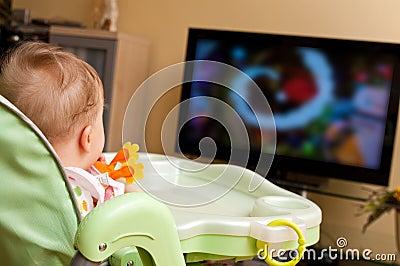 Het meisje dat van de baby op TV let