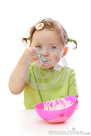 Het meisje dat van de baby yoghurt eet