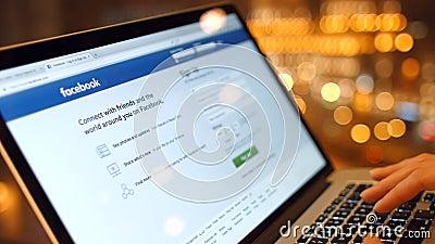 Het meisje in de koffie op laptop bereikt een wachtwoord, register om in Facebook te registreren 4K 30fps ProRes