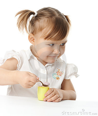 Het meisje eet yoghurt