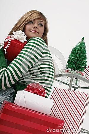 Het meisje met Kerstmis stelt voor