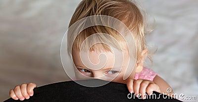 Het meisje van de baby het verbergen
