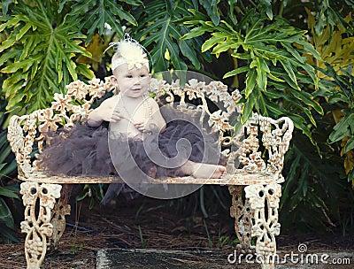 Het meisje van de baby op parkbank