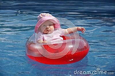 Het meisje van de baby in plastic boot