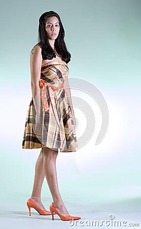 Het meisje van de manier in oranje schoenen