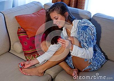 Het meisje van de tiener poetst haar teennagels op stock fotografie afbeelding 16300712 - Tiener meubilair ruimte meisje ...