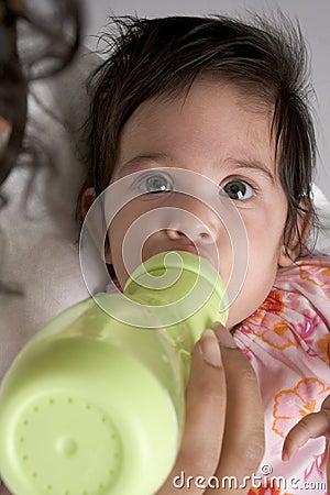Het meisjesdranken van de baby van zuigfles
