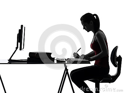 Het meisjesthuiswerk die van de tiener silhouet bestuderen