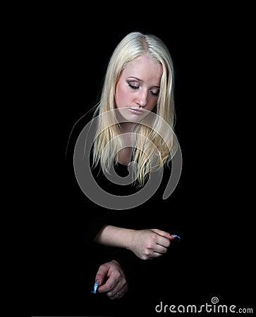 Het melancholische meisje op een zwarte achtergrond.