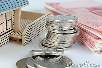 Het model van het huis met rekening en muntstukken