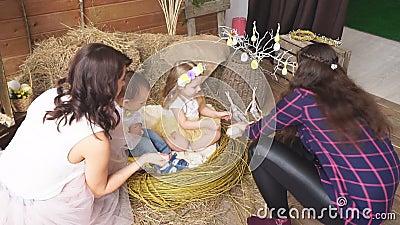Het modelmamma legt zoon aan het meisje samen met de fotograaf voor stock video