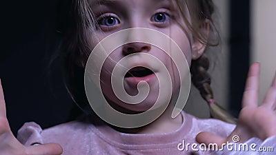 Het mooie meisje maakte plotseling bang, griezelige nacht, fobie van duisternis stock videobeelden