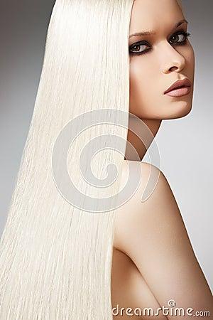 Het mooie model, lange blonde rechte haar van Wellness