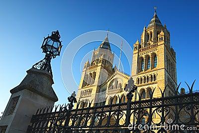 Het nationale Museum van de Geschiedenis in Londen, duidelijke blauwe hemel