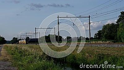 Het Nederlandse interlokale trein overgaan stock videobeelden