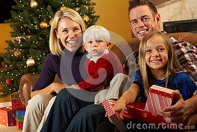 Het Openen van de familie stelt voor Kerstboom voor
