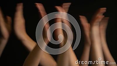 Het opheffen van handen met applaus of klap op zwarte achtergrond stock footage