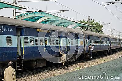 Het opzetten van een bewegende trein, India Redactionele Stock Afbeelding