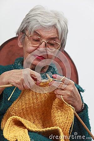 Het oude vrouw breien