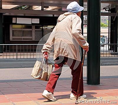 Het oude vrouw lopen