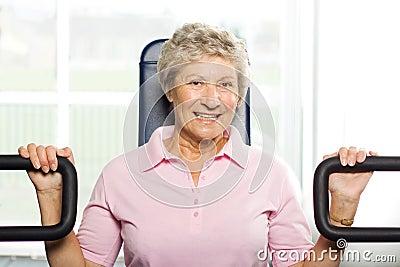 Het oudere vrouw uitwerken