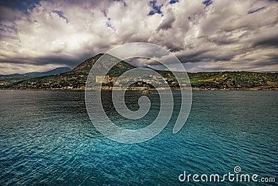 Het overzees, de zon, wolken, stenen