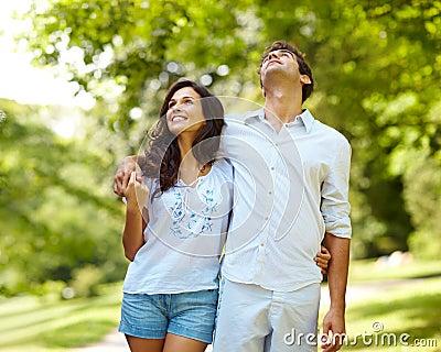Het paar dat van de liefde van geniet in park