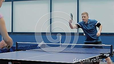 Het paar die masterfully een pingpong spelen stock footage