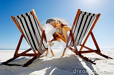Het paar van de de kusstoel van het strand