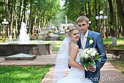 Het paar van de jonggehuwde in een park