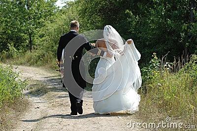 Het paar van het huwelijk het lopen