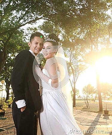 Het paar van het huwelijk openlucht stellen