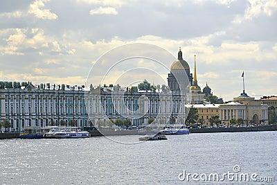 Het Paleis van de winter, het museum van de Kluis in St. Petersburg