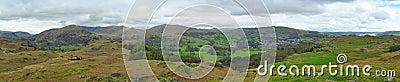 Het panorama van het landschap: bergen, meer, vallei, bomen