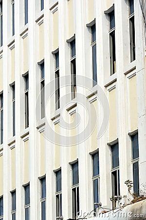 Het patroon van vensters van de witte bouw