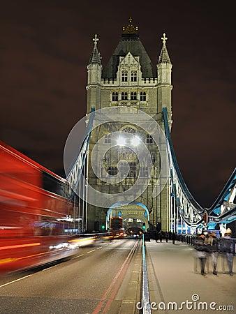 Het perspectief van de Brug van de toren bij nacht, Londen, Engeland