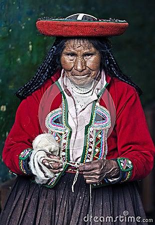 Het Peruviaanse vrouw weven Redactionele Fotografie