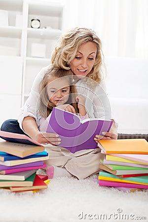 Het plukken van een verhaal met mamma te lezen